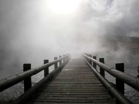 霧の中に木製のパス