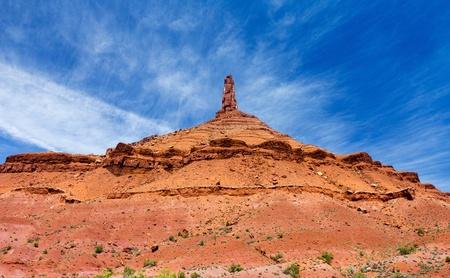 pin�culo: Pinnacle de roca aislada contra el cielo azul de fondo Foto de archivo