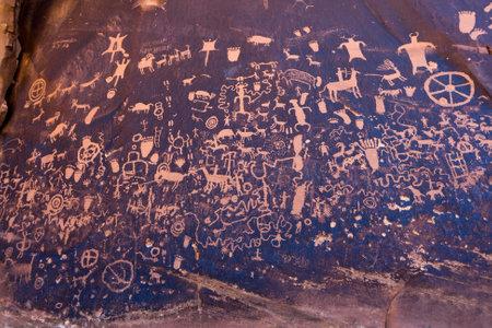 pintura rupestre: Nativos americanos petroglifos Peri�dico Rock en Utah Canyonlands