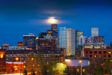 Denver skyline at dusk with the full moon rising above  Foto de archivo
