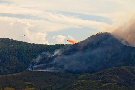 high park: Aereo dei Vigili del Fuoco battaglia High Park Wildfire in Colorado
