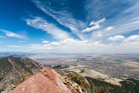 Panoramisch uitzicht van Boulder, Colorado vanaf de top van een berg Stockfoto