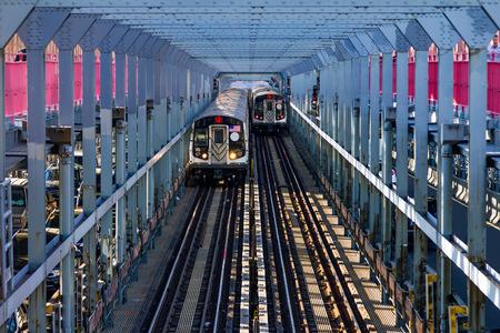queens: Subway cars crossing the Williamsburg Bridge between Brooklyn and Manhattan in New York City