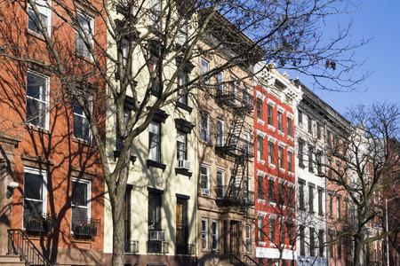 Bunte Block von historischen Gebäuden entlang Tompkins Square Park an einem hellen sonnigen Tag in New York City