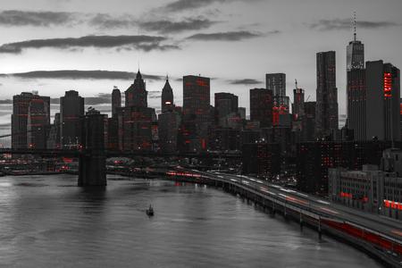 New York City nuit horizon avec des lumières rouges dans le paysage en noir et blanc Banque d'images - 58107931