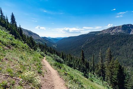 Rastro de la suciedad de senderismo a través de las montañas rocosas de Colorado