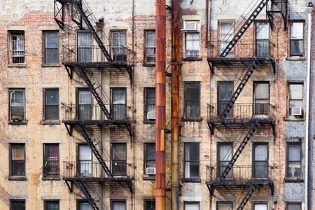 Oude vieze appartement gebouwen geconfronteerd met een steegje in New York City