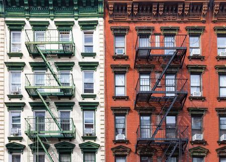 東の村のマンハッタン、ニューヨーク市で赤と緑のアパートの建物