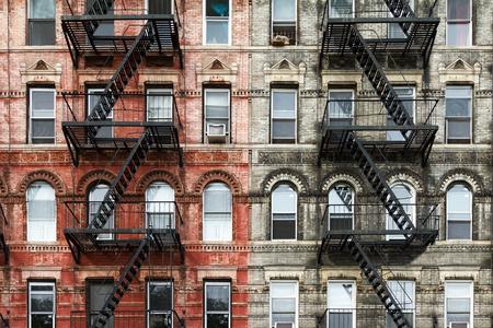 이스트 빌리지의 맨하탄, 뉴욕시에서에서 오래 된 벽돌 아파트 건물 스톡 콘텐츠