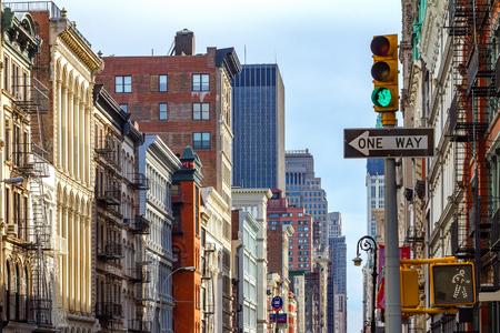 SOHO 맨하탄, 뉴욕시에서 브로드 웨이 봄 거리의 교차로 스톡 콘텐츠