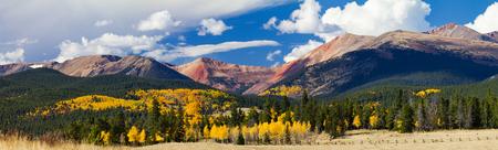 Panoramisch Fall Landscape Met Een Kleurrijk Bos Van Gouden Apenbomen In De Colorado Rocky Mountains