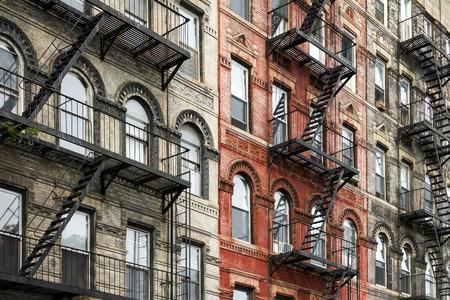 이스트 빌리지의 맨하탄, 뉴욕시에서 화재 탈출로 오래된 벽돌 건물