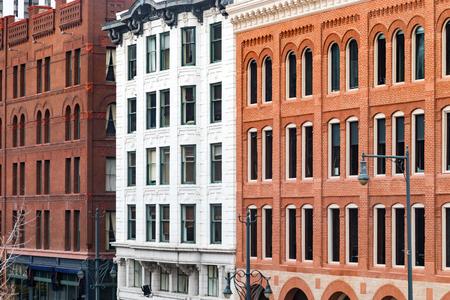 덴버, 콜로라도 도심의 Lodo 지역에있는 17 거리 및 Wynkoop에 역사적인 건물