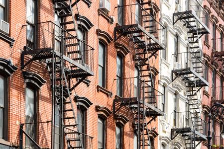 Windows と避難ニューヨーク スタイル アパート建物外観