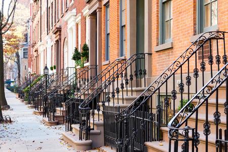 マンハッタン、ニューヨーク市ニューヨークのグリニッジ ・ ヴィレッジ周辺の空の歩道に沿って古い歴史的なブラウンス トーンの建物の行をブロ