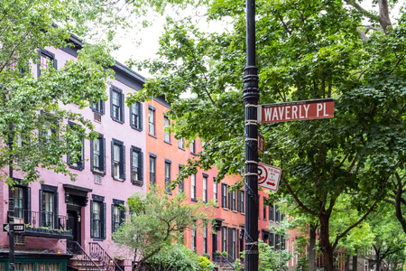 Historische Waverly Place-Straßenszene in der Westdorfnachbarschaft von Manhattan, New York City NYC