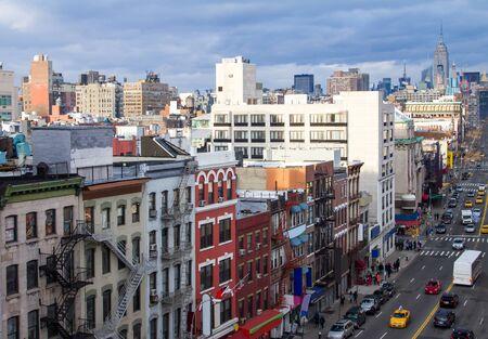 Vista aérea de Nueva York de la escena de la calle Chinatown en Manhattan con los rascacielos del centro de la ciudad en el horizonte de fondo distante Foto de archivo