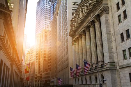 Zonlicht schijnt op de historische gebouwen van het financiële district in Lower Manhattan, New York in de buurt van Wall Street Stockfoto