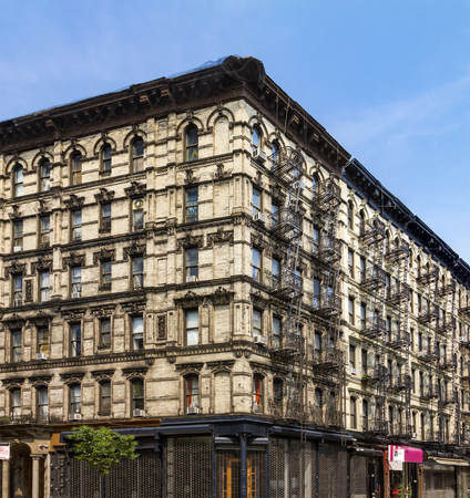 Historic old New York City apartment building in the Lower East Side of Manhattan Standard-Bild