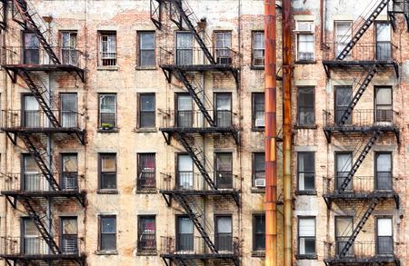 Antiguo edificio de apartamentos de la ciudad de Nueva York con tubos de metal oxidados