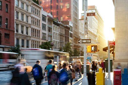 Multitudes de personas en movimiento caminando por la concurrida acera de la Quinta Avenida en Midtown Manhattan, Ciudad de Nueva York NUEVA YORK