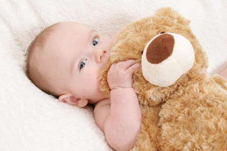 oso de peluche: Beb� con su oso de peluche