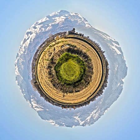 petite planète avec la campagne de la vallée de tara et les alpes Banque d'images