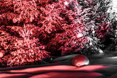 Jour de l'An avec des arbres de Noël avec de la neige synthétique et des lumières colorées devant le casino de Monte Carlo