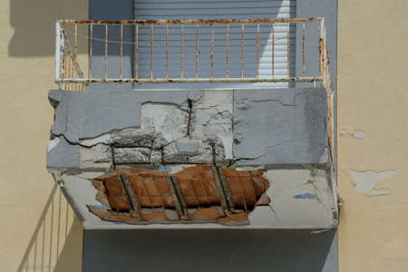 ruined balcony that is about to collapse with visible construction steel and bricks Imagens