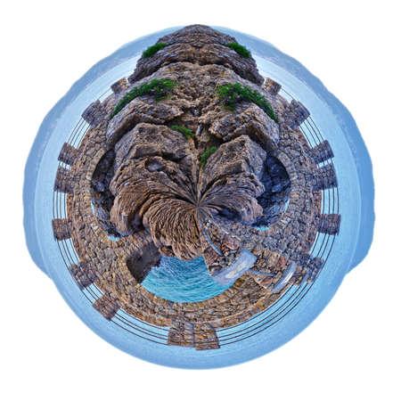 petite planète d'Alassio avec un pont le long de la côte surplombant la mer Méditerranée, en Italie