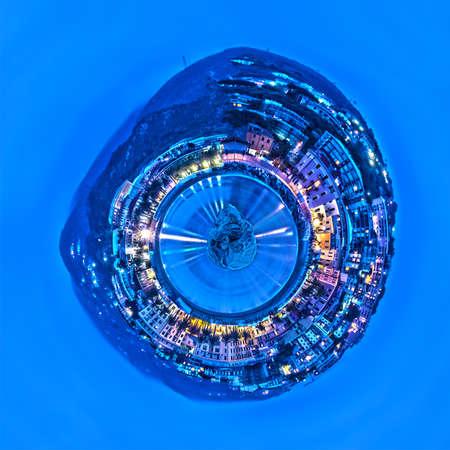 petite planète de Varazze, dans la mer Méditerranée, avec des lumières de la ville le long de la côte illuminant l'eau de mer, en Italie Banque d'images