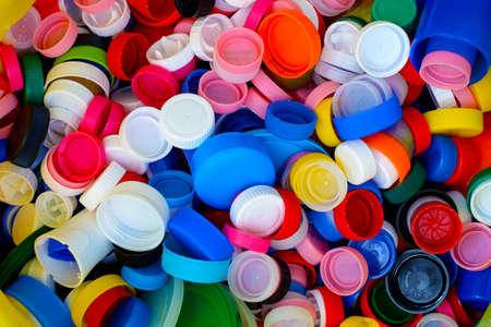 カラフルなプラスチック製のボトル キャップのコレクション