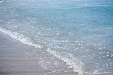 Grosses gouttes de pluie tombant sur la mer pendant un orage fort sur la mer méditerranée Banque d'images - 96000161