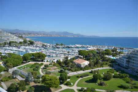 sea view of the port of Marina Baie Des Anges, full of sailboats and yachts moored, seen from the top of an apartment, Villeneuve Loubet, French Riviera, France Banque d'images
