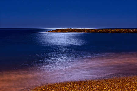reflection of the moon on the sea, at night, long exposure Banque d'images - 96148806