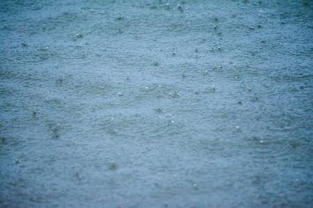 Grosses gouttes de pluie tombant sur la mer pendant un orage fort sur la mer méditerranée Banque d'images - 97012929