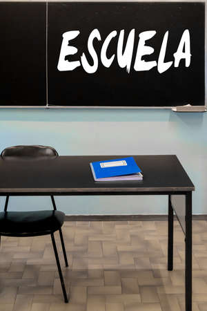 school classroom with a blackboard hanging on the wall. Translation: