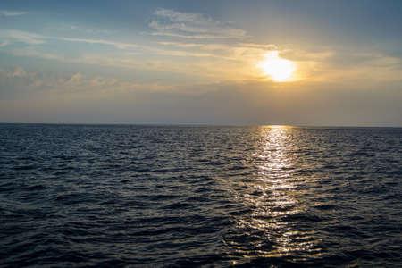 Lever de soleil sur la mer Banque d'images - 99400459