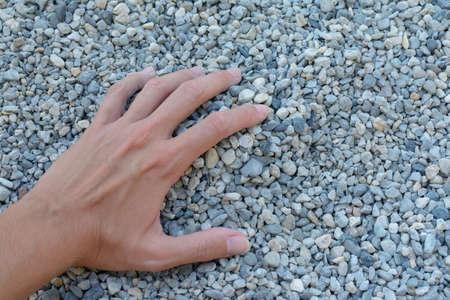 Prendre dans la main un ensemble de pierres de gravier Banque d'images - 99394432