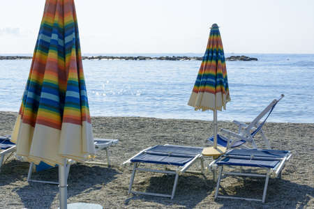 relaxing day at the beach under the colorful beach umbrella by the sea Banque d'images