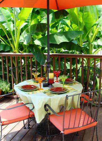 Tabelle für Mahlzeiten im freien  Standard-Bild - 7404239