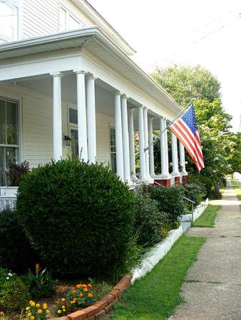 front porch: Porche delantero con una bandera de Estados Unidos Foto de archivo
