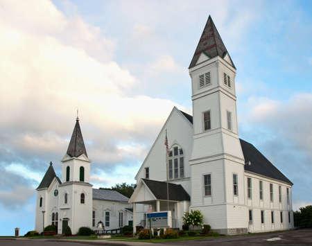 �glise: deux �glises blanches dans une petite ville Banque d'images