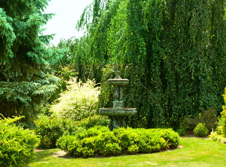 緑豊かな庭園や噴水の像
