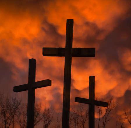 arrepentimiento: tres crucifijos y nubes Mammatus Foto de archivo