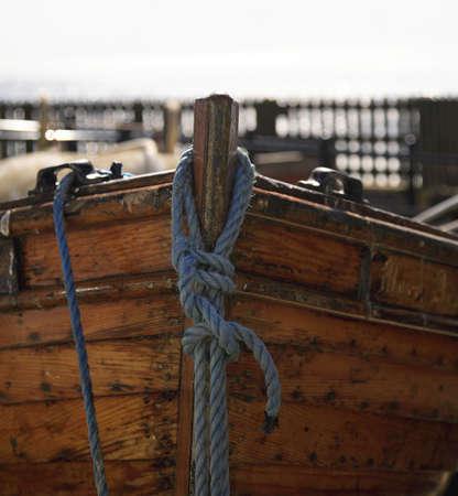barca da pesca: Un vicino tiro di un barca a remi ormeggiate  Archivio Fotografico