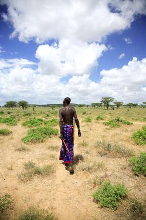 safari game drive: Samburu capo a piedi in tutta la pianura Samburu al suo villaggio