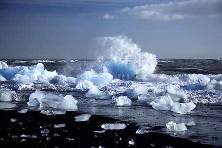 �ber Wasser: Ein Eisberg wird gebrochen durch die Wellen Island