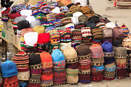 fez: Colorida fez vendedor del mercado en el zoco de Marrakech  Foto de archivo