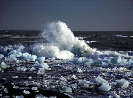 �ber Wasser: Broken Eisberge am Strand in Island  Lizenzfreie Bilder